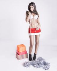 Chica sexy repartiendo regalos