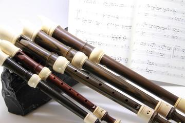 縦笛と楽譜と黒曜石