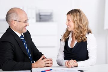 lächelnde geschäftsleute am arbeitsplatz