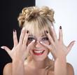 Junge Frau lacht und zeigt schwarz weiß Fingernägel
