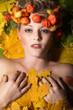 Junge Frau liegt nackt auf Blätter im Herbst