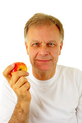 Man mit einem Apfel