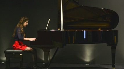 piano tocado por mujer