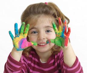 Niña con las manos pintadas