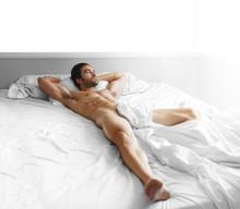 Sexy ciało mężczyzny w łóżku