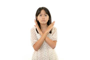 禁止の意思表示をする女の子