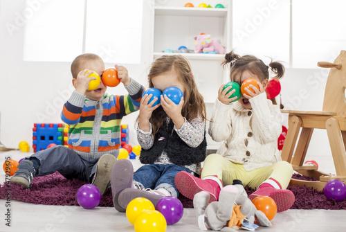Leinwanddruck Bild Kids playing in the room