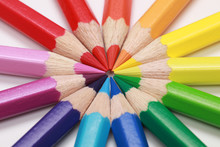 Kreis aus bunten Farbstiften