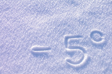 Minus 5 stopni napis na śniegu