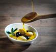 Anrichten von Oliven mit Olivenöl