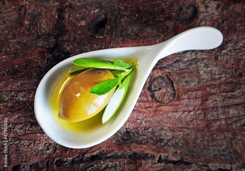 Olive als Vorspeise auf Holzuntergrund