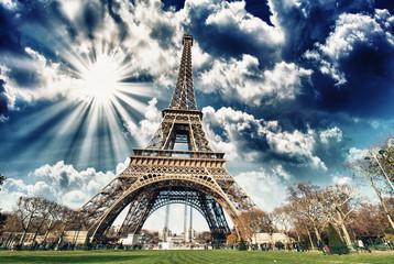 Wieża Eiffla w słońcu z chmurami Paryż
