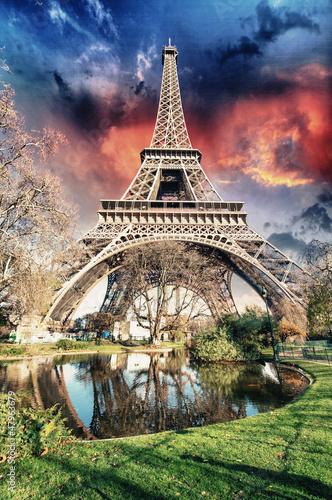 paryz-la-tour-eiffel-wspaniale-kolory-zachodu-slonca-w