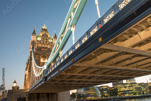 wspaniale-kolory-i-swiatla-tower-bridge-at-dusk