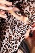 Junge Frau verhüllt ihr Gesicht mit Tuch, tolle Augen