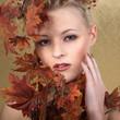 Junge Frau im Herbst Style