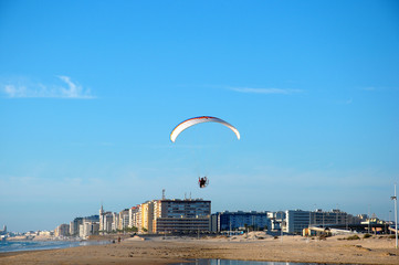 Parapente en la playa de Cádiz