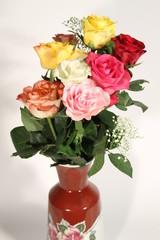 schöner Rosenstrauß in Vase