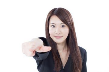 指差す女性