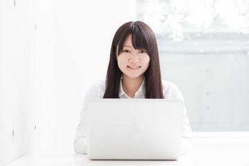 ノートパソコンを使う女の子