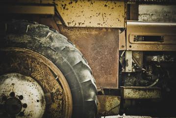 Antiguo tractor oxidado