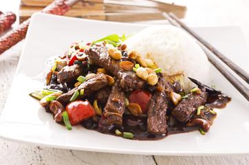 chinesisches Rind aus dem wok mit reis