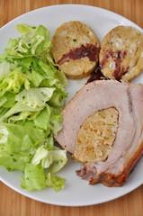 Gefüllter Schweinebraten mit Semmelknödel und Salat