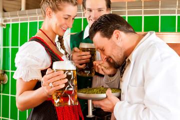 Wirtsleute mit ihrem Braumeister in Brauerei