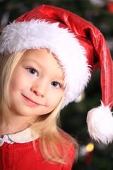 Weihnachtsmädel vor Weihnachtsbaum