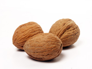 Nueces en fondo blanco,frutos secos.