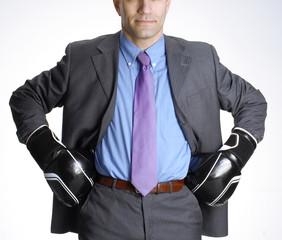 Empresario, ejecutivo con guantes de boxeo.