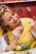 junge frau malt ein ei an