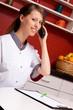 junge pflegerin telefoniert und lächelt