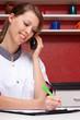 hübsche pflegerin am telefon notiert daten