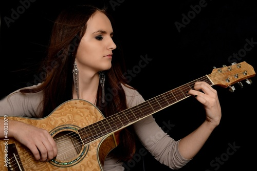 femme avec guitare