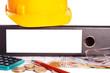 Aktenordner und Bauarbeiterhelm