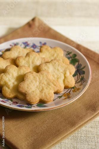 Biscotti a forma di fiore su piatto decorato