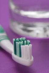 Higiene dental,cepillo de dientes y vaso de agua.