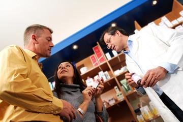 Beratungsgespräch mit Kunden in der Drogerie