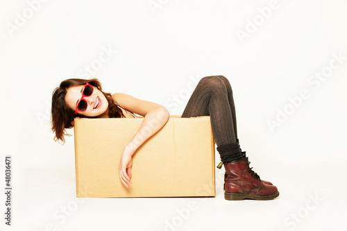 Mädchen mit Sonnenbrille zieht um