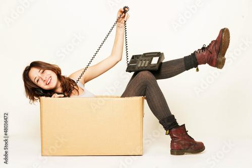 Mädchen bestellt Umzugsfirma