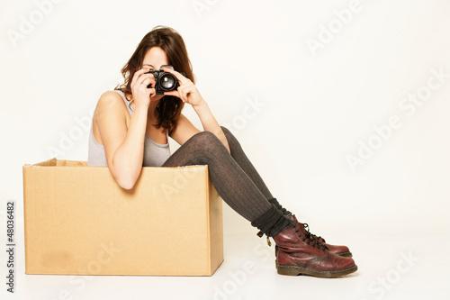 Mädchen im Karton mit Kamera
