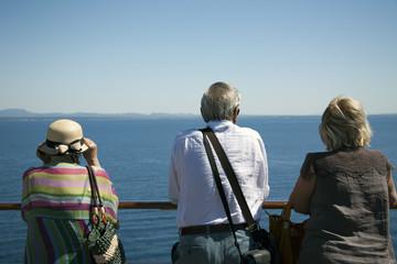 Turisti che osservano il mare