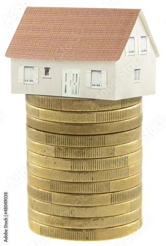 maison sur pile de pièces