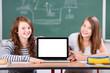schülerinnen mit laptop