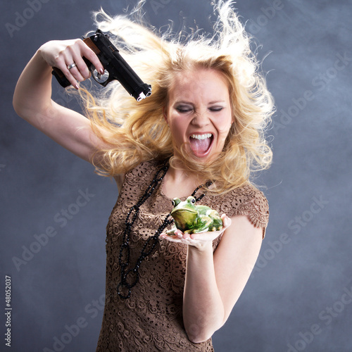 Frau bedroht Frosch mit Waffe und schreit