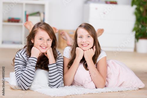 zwei freundinnen zu hause