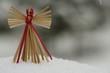 Strohengel im Schnee