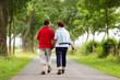 verliebtes Paar beim Spaziergang