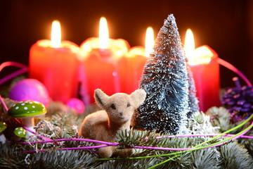 Adventskranz mit Reh und brennenden Kerzen